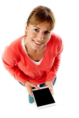 Kobieta z tabletem wnioskująca o promocję bankową.